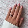 gouden granaat cluster ring aan hand