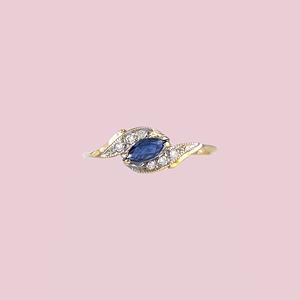 gouden ring met saffier markiesgeslepen en diamant cluster
