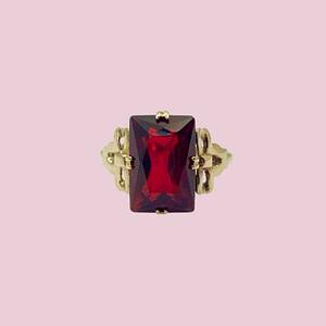 vintage ring goud met strikje en rode steen rechthoekig