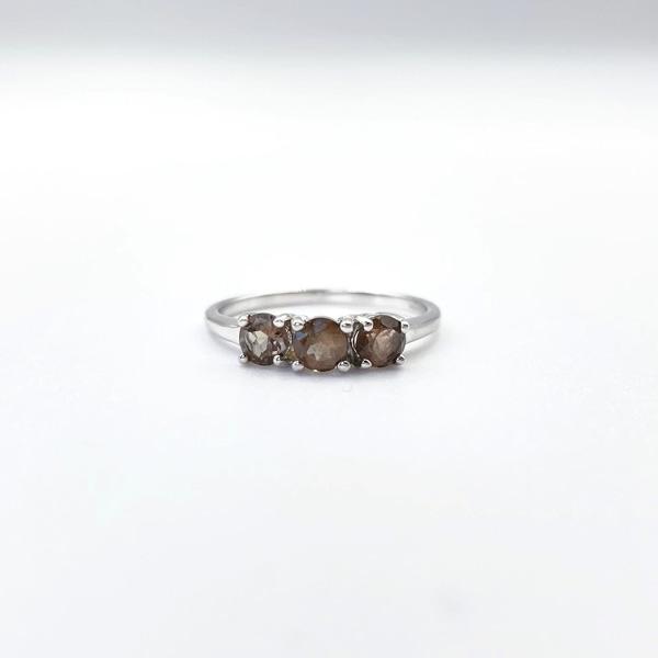 ring witgoud met rookkwarts drie bruine stenen