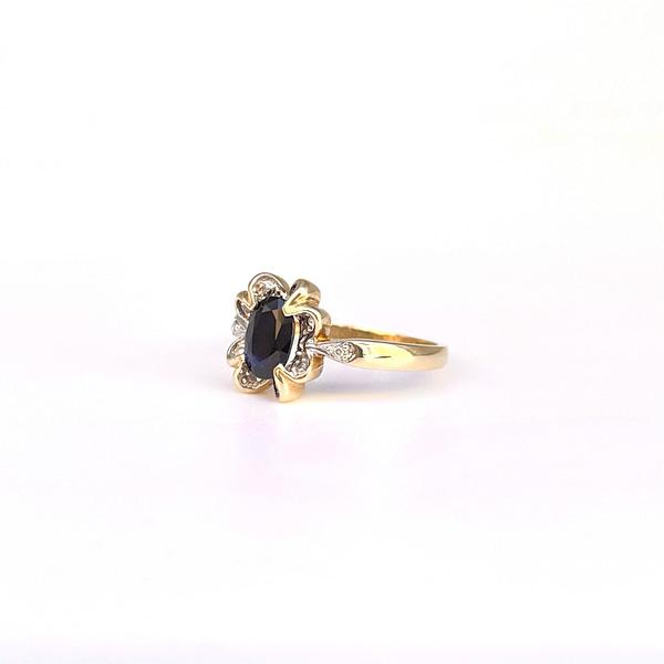 ring met saffier en diamant in golvende zetting