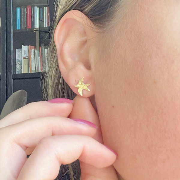 vintage gouden oorknopjes met vogeltjes zwaluw voorbeeld in oor