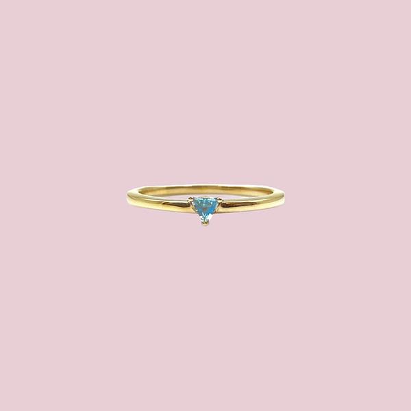 minimalistische gouden ring met blauwe topaas sieradenmeisje