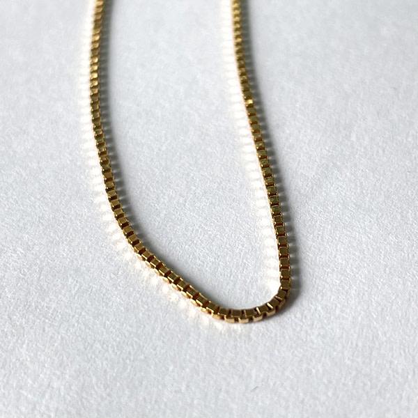 Dit gouden schakelarmbandje is een prachtige basis voor je pols. De geometrische, minimalistische vorm van de venetiaanse schakel maakt het een geliefd model. Met een lengte van 22 cm is dit armbandje geschikt voor de brede pols.