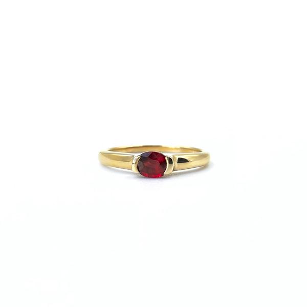 Een minimalistische ring, maar wonderschoon in haar eenvoud. Pinot Noir draagt een ovaalgeslepen, helderrode granaat. De edelsteen is circa 5 x 6 mm