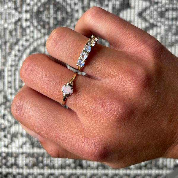 vintage gouden opaal ring aan vinger