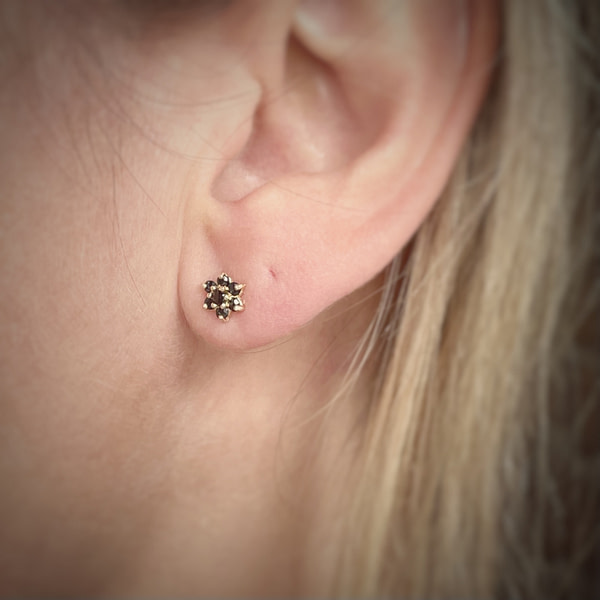 saffier oorknopjes van goud ear studs
