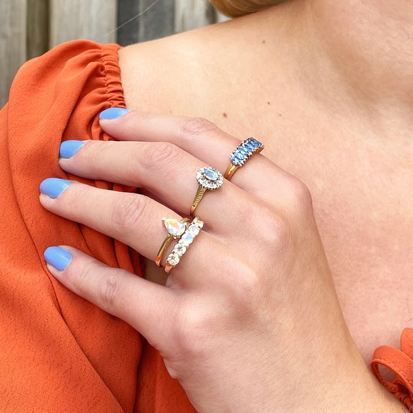 vintage gouden ringen met blauwe edelsteen van sieradenmeisje