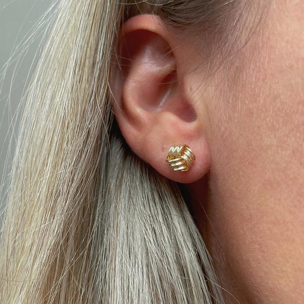 oorknoopjes goud van sieradenmeisje