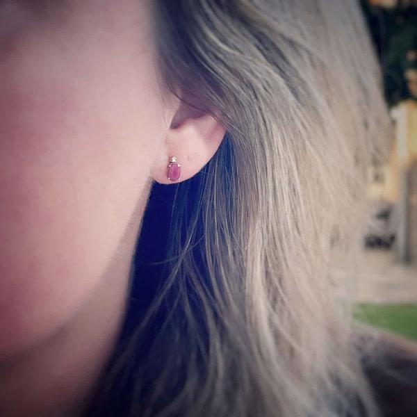 gouden oorknopjes met robijn en diamant