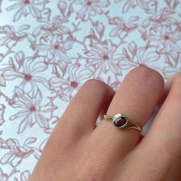 vintage ring met granaat rode steen van goud