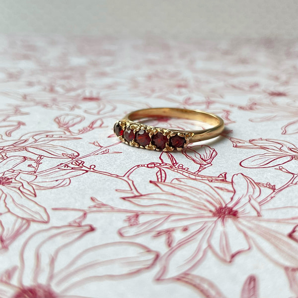vintage gouden rij ring met granaat vijf steens victoriaanse ring