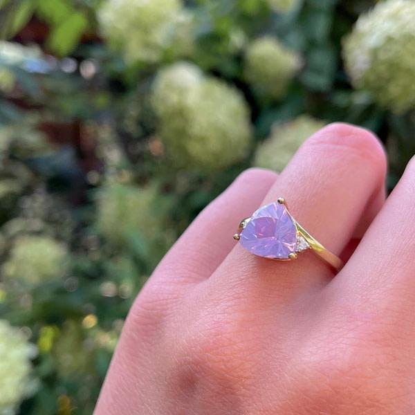 gouden ring met trillion cut driehoekige edelsteen paars roze